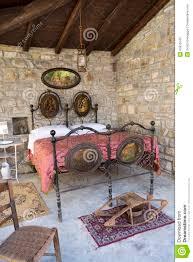 antikes schlafzimmer in italien mit eisenbett und bettwärmer