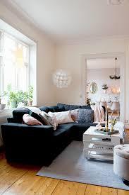 dunkles sofa im wohnzimmer mit durchgang bild kaufen