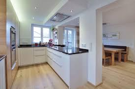 küche mit weißen fronten und elementen aus amerik