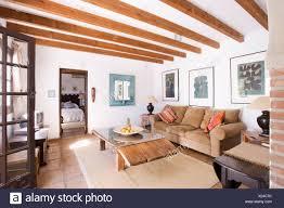 im holzbalken spanische wohnzimmer mit rustikaler couchtisch