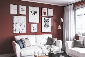 bilderwand im wohnzimmer mit roten wänden nordipo