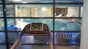 salle de sport avec vue sur piscine photo de forges hotel