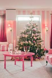 weihnachtsbaum im kitzschigen wohnzimmer bild kaufen