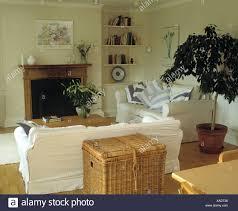 großer korb hinter weißen sofa in creme wohnzimmer mit
