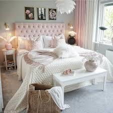 romantisches schlafzimmer mit rosa boxspringbett vor grauer