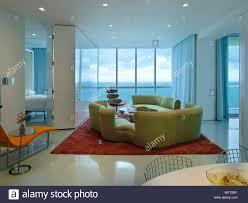 ein modernes retro style offene wohnzimmer mit essbereich