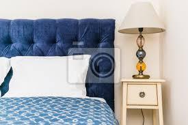 sticker blaues bett mit weichem kopfteil und nachttisch mit le