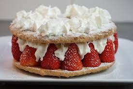 dessert avec creme fouettee recette du gateau fraises amandes et noisettes