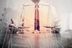 le bureau laiton justice et concept de loi avocat masculin dans le bureau avec le