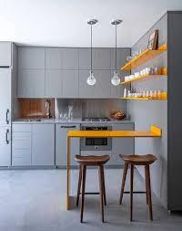 deco etagere cuisine une cuisine grise avec étagères et coin table orange