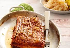 knuspriger schweinsbraten mit erdäpfelknö und sauerkraut