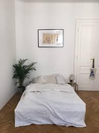 wunderschönes einfach eingerichtetes schlafzimmer das