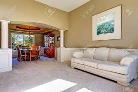 luxus haus außen mit weißen säulen und licht oliven wänden wohnzimmer mit essbereich