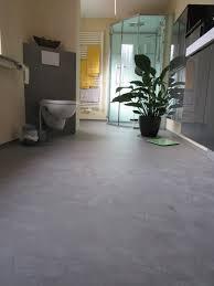 sumpfkalk und betonboden im fugenlosen bad der