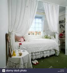 weißen voile vorhänge teilen schlafbereich mit weißem metall