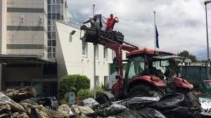 chambre d agriculture nantes éleveurs manifestation à bord de tracteurs à nantes