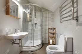 kleines bad mit wc und dusche in grautönen