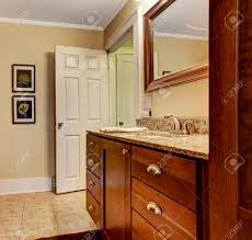 badezimmer interieur mit granit eitelkeit kabinett und braune vorhänge