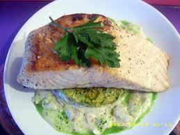 cuisiner pavé saumon recette de pavé de saumon aux petits légumes sauce blanche et jus