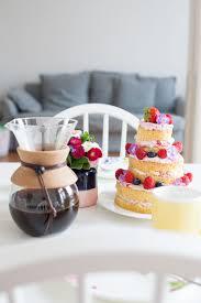 österlicher beerenkuchen mit einem besonderen kaffee werbung