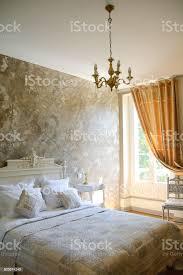 moderne schlafzimmer mit doppelbett mit harten holz möbel großes doppelbett und kissen stockfoto und mehr bilder beschaulichkeit