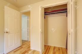 kleines schlafzimmer interieur schließen sie bis ansicht leeren schrank