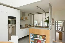 cuisine semi ouverte mur de verrières et retour en bois pour une cuisine semi ouverte