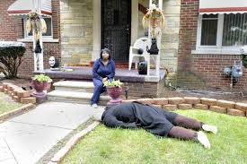 Halloween Scary Pranks 2015 by Detroit Woman Scares Neighborhood With Dummy Body Ny Daily News