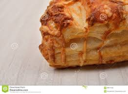 pâte feuilletée avec le fromage blanc sur le fond en bois copiez l