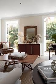 wohnzimmer mit modernem couchtisch aus bild kaufen