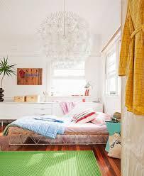 grüner teppich auf holzboden vor bett bild kaufen