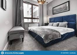 modernes schlafzimmer mit blauem bett stockfoto bild