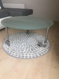 schöner glastisch mit rollen