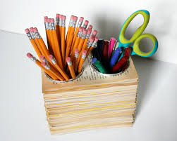 rangement stylo bureau diy fabriquer un pot a crayon tas de pages de livres avec des