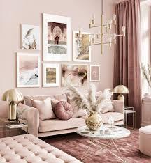 elegante bilderwand rosa beiges wohnzimmer abstrakte poster goldrahmen