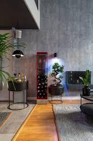 rotes weinrgal minibar und bonsai im bild kaufen
