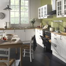 les cuisines but les cuisines aménagées au style authentique grâce aux façades en bois