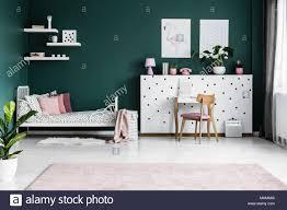 plakate auf grüne wand im s schlafzimmer einrichtung