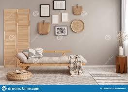 skandinavischer beige futon mit kopierten kissen und decke