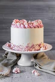 torte zum geburtstag mit fruchteinlage und baiser