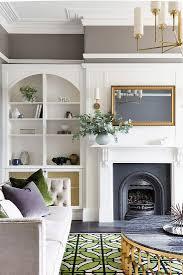 renoviertes wohnzimmer mit kamin weißem bild kaufen
