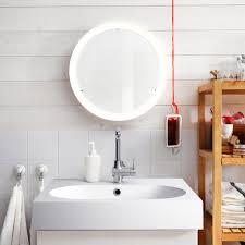 runder spiegel sorgt für durchblick regal badezimm