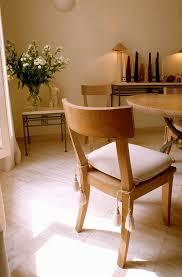 holzstuhl mit weißem sitzkissen in einem bild kaufen