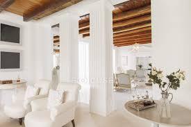 luxus wohnzimmer mit säulen immobilien drinnen stock