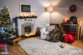 wohnzimmer mit weihnachtsbaum und weihnachten tasche stockfoto und mehr bilder abwesenheit