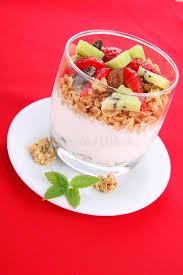 suivez un régime le dessert avec du yaourt la granola et les
