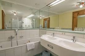 das badezimmer in der jagd suite des romantik seehotel