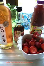 cuisine au vin rosé cocktail au vin rosé jus de fraises et limonade dans la cuisine