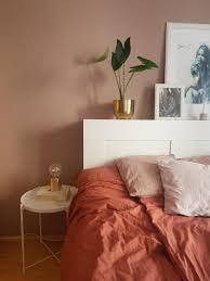 pudertöne im schlafzimmer bett wandfarbe rosa