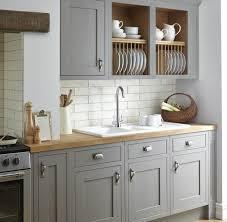 cuisine grise plan de travail bois cuisine blanche et grise cuisine joliment arrangée exemple de